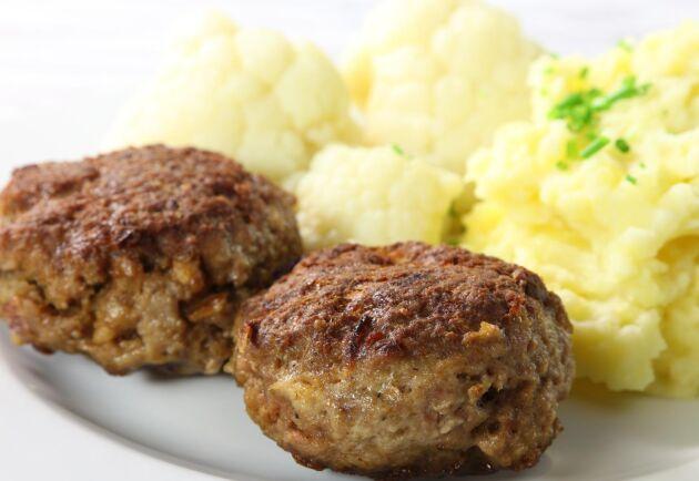 Strimlat savojkål och kantareller steks var för sig för att sedan vändas ned i potatismoset. Foto: iStock