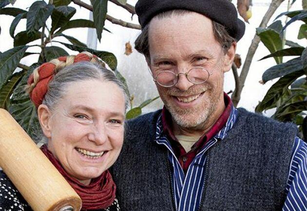 """Marie och Gustav Mandelmann lockar med ljuvliga bakrecept och kloka ord i boken """"Mandelmanns söta""""."""