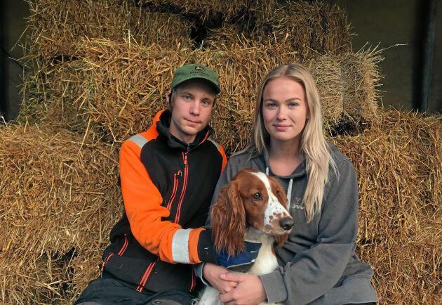 Simon Jansson och Margareta Hidén, här med hunden Nellie, säljer halm i småbalar genom sitt UF-företag.