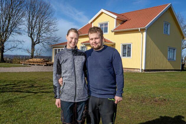 Arvid Johansson och Johanna Karlsson satsar på en framtid tillsammans på mjölkgården. Bland det första de gjorde var att måla boningshuset i sin favoritfärg gult!
