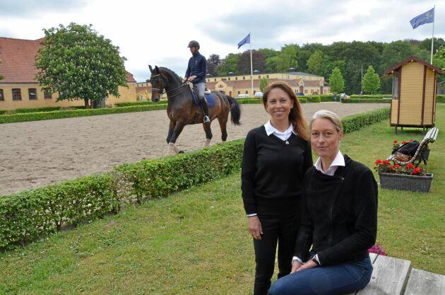 Caroline Göransson, Petra Cullborn Hastings, LRF Konsult håller i blocket med ekonomi på beridarutbildningen på Flyinge. I bakgrunden dressyrläraren Olof Axelsson till häst.