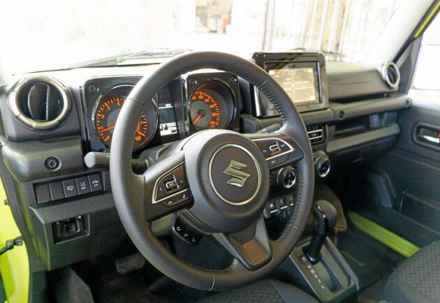 Interiören är gammaldags med enkla detaljer och lättfattliga knappar. Den här bilen har dock Inclusive-utrustning med en sjutumsskärm.