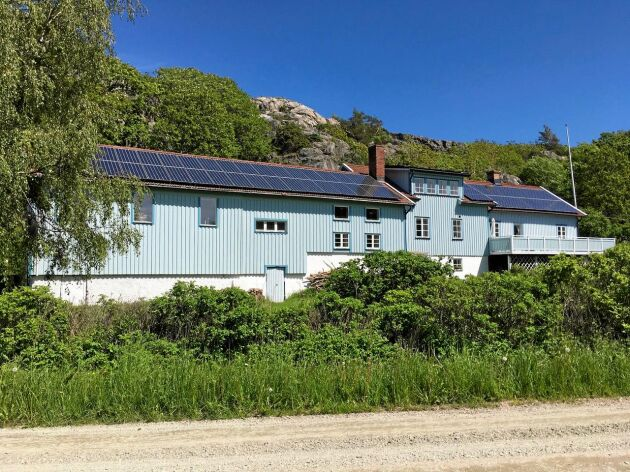 Ulla Keyling kallar sig inte månskensbonde utan i stället solskensbonde. Hon har taket och en hel åker full med solpaneler.