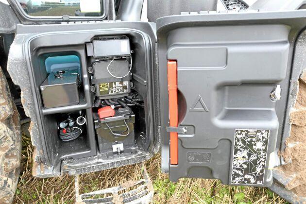 Smart lösning. Låst avtätat utrymme för batteri och verktyg.