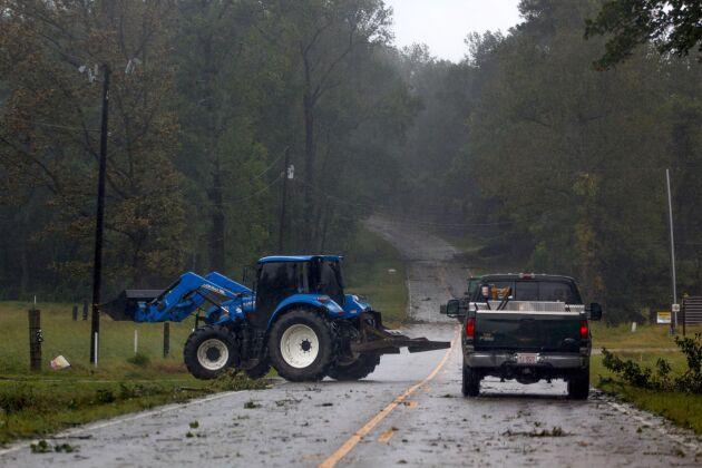 Arbetet pågår med att röja undan vägarna efter att stormen dragit fram i Wayne County, North Carolina.