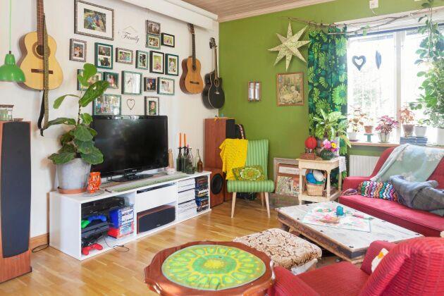 Vardagsrummet är inrett med glada färger och loppisfynd och inbjuder till skön avkoppling och samvaro.