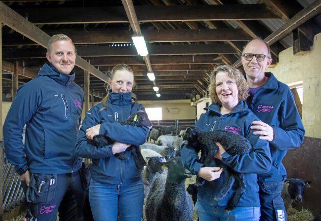 Familjen Nilsson håller ställningarna i stallet. Från vänster: Daniel, Emelie, Annette och Jonas.
