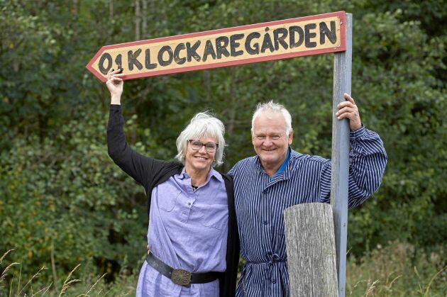 Susanne och Tomas vid vägskylten som visar vägen mot restaurangen.