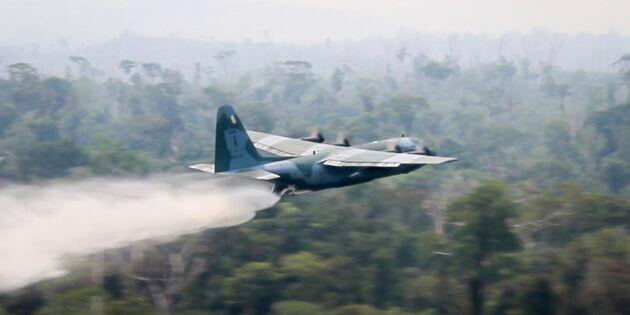 Flygplan vattenbombar bränder i Amazonas