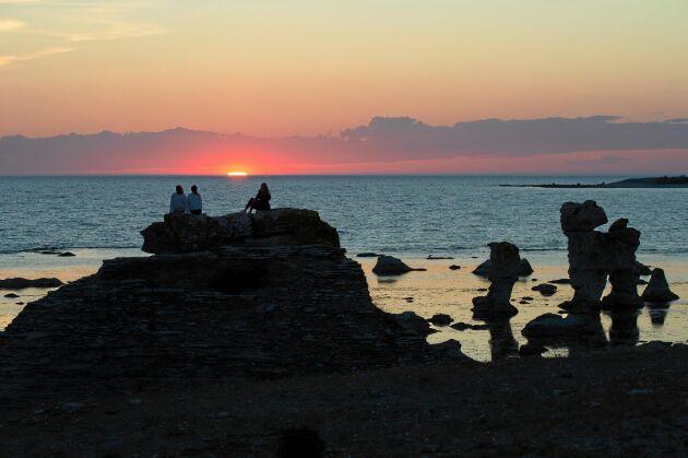 På västsidan av Fårö kan du se solen gå ned i havet.