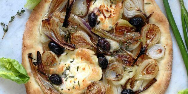 Lökpizza med getost och oliver