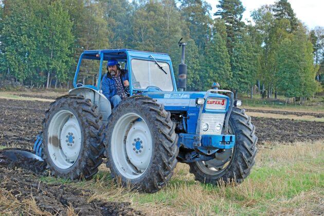 Alf Werner använder bland annat sin County som lyft-traktor i sin entreprenadverksamhet. Här är den på nöjesplöjning i Björkvik.