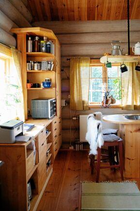 Köksskåp, bänkar och annan inredning är byggd av furu från skog i trakten.