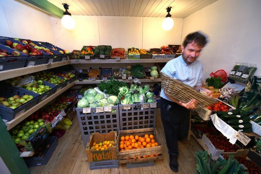 NÄRODLAT Jens Formare plockar bland förstklassiga frukter och grönsaker från traktens odlare.