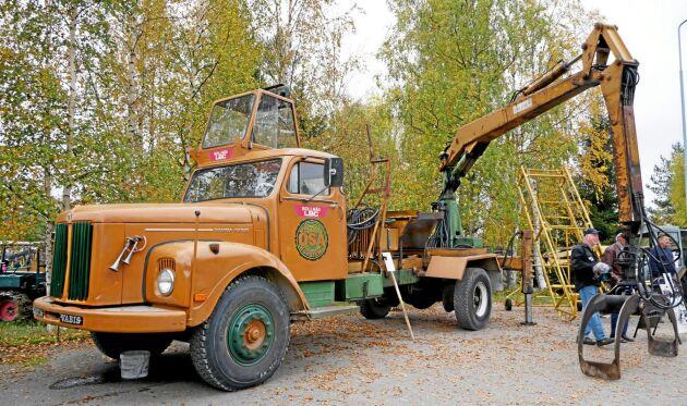 En ÖSA kranlastare byggd på en Scania 76.