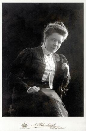 Selma Lagerlöf blev känd i hela världen, utom i Västra Ämtervik, byn tvärs över sjön Fryken, där man envisades med att förneka all kännedom om nobelpristagaren från Östra Ämtevik.