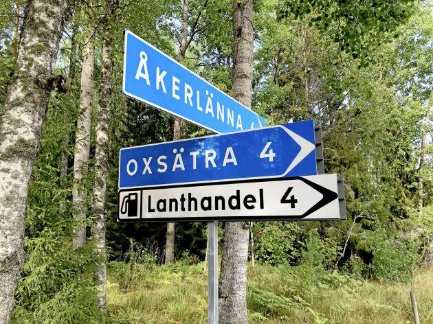 Det är tydligt skyltat mot Oxsätra lanthandel. Inga ansträngningar sparas för att locka fler kunder.