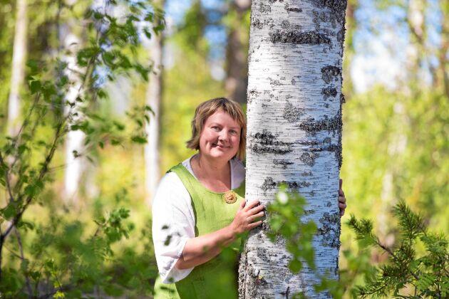 De ljusa nätterna gör att växterna i norra Sverige har ett extra högt näringsvärde. Eva Gunnare hållen kurser i hur man tar vara på allt gott och nyttigt från skogen.