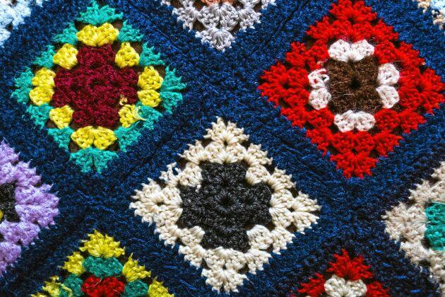 Ett ihopsytt täcke med mörkblå ram. Foto: Istock.