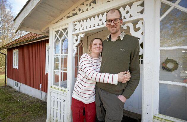 """Karolina och Victor utanför sitt """"undantagshus"""" på gården Hästhagen utanför Skånes Värsjö."""