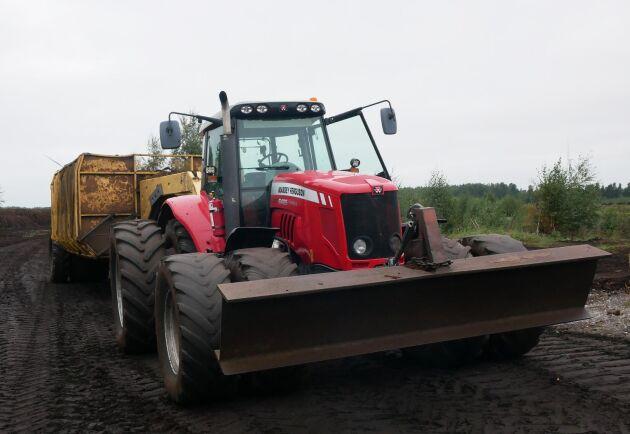 Totalt har JT Nilssons Entreprenad & Lantbruk sex traktorer på torvtäkten.