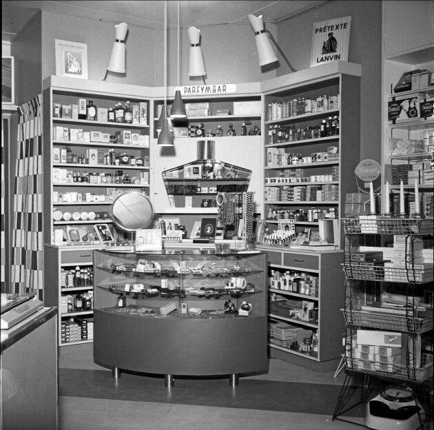 AB Nils Adamssons sjukvårdsbutik på Svartbäcksgatan i Uppsala år 1955. Foto Uppsala museum