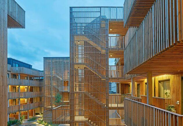Qvillestaden i Göteborg omfattar 92 bostäder där mycket fokus har lagts på att bygga hållbart och miljövänligt. Hela projektet är Svanen-certifierat.