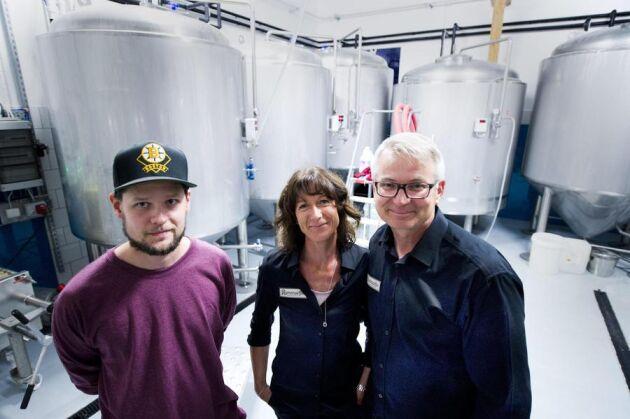 Nöjd bryggartrio. På bara ett halvår har Håkan och Michéle Nilsson, samt bryggansvarige Hampus Olofsson fått upp en bra försäljning på Remmarlövs Gårdsbryggeri. Man säljer mellan 3-4 000 buteljer i veckan och planerar att fördubbla försäljningen nästa år.