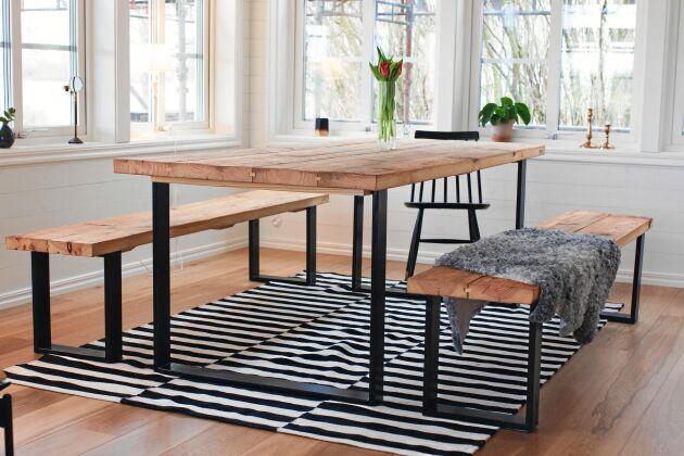 Möblerna i lantlig stil av brädor från den gamla ladugården.