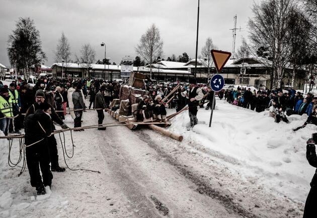 År 1856 transporterades Karl XIV Johans sarkofag på kälke från tillverkningsorten Älvdalen till Gävle och vidare med båt till Stockholm. I fjol återskapades kälkfärden i form av ett sarkofagdrag.