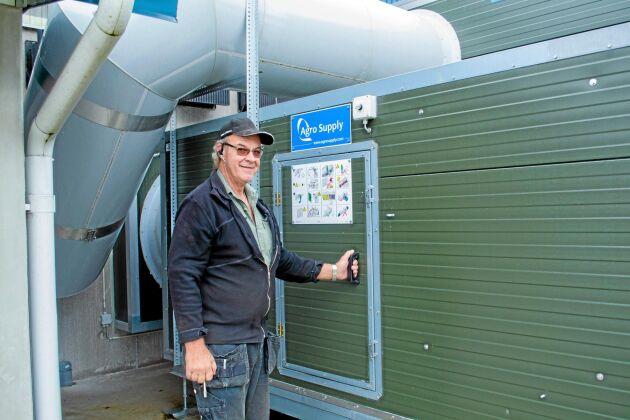 Thomas Alfredsson, visar var den kalla luften värms upp genom att varm och kall luft går motströms.