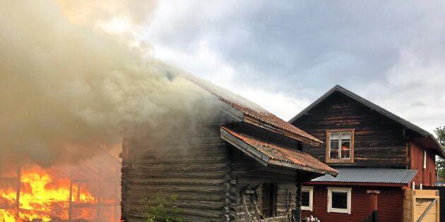 Två till sjukhus när lada började brinna