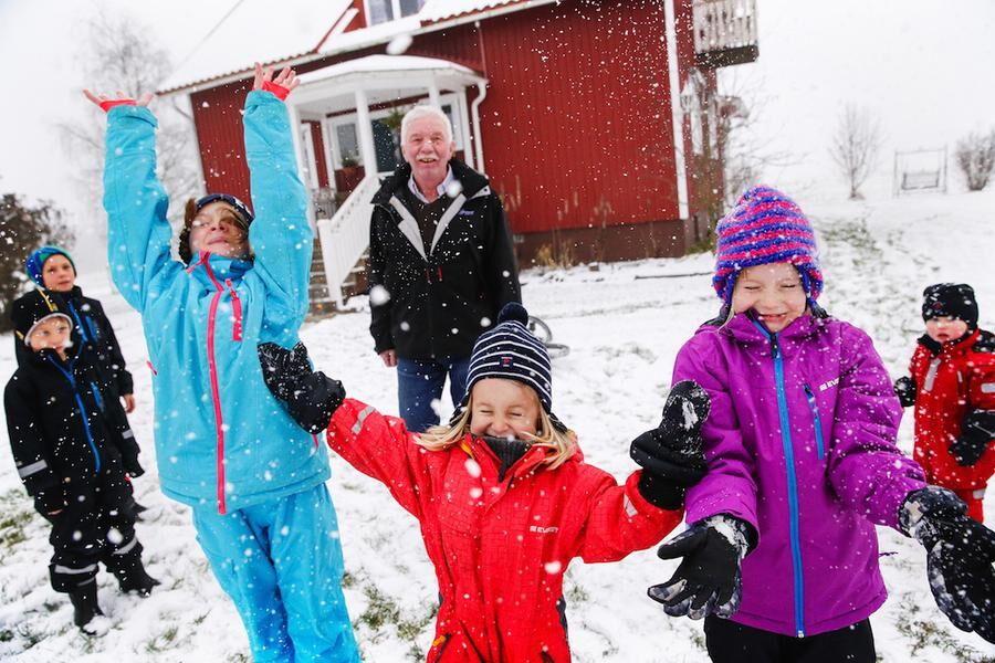 Snön är världens bästa lekmaterial tycker, från vänster längst bak: Axel (kusin till Gustav och Matilda), Gustav, Matilda, Hilda, Maja och Helmer. Morfar Staffan gläds med barnen.