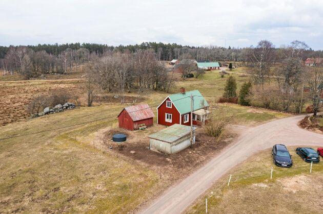 Skolan med uthus ligger centralt i byn Bökhult i halländska Eldsberga.