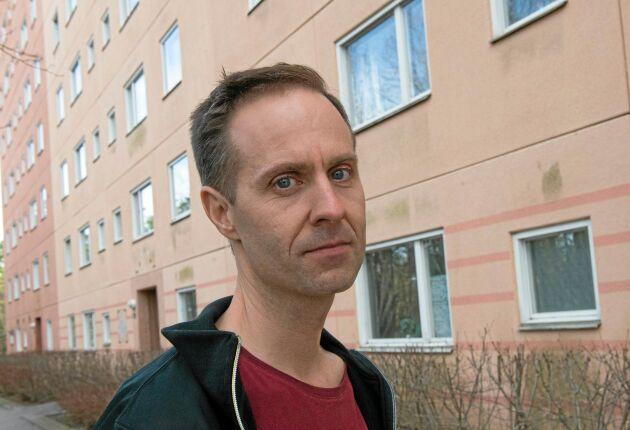 I ett åttavåningshus i förorten Brandbergen delar flera aktivister lägenhet med Martin Smedjeback som startat den veganska aktionsgruppen Tomma burar.