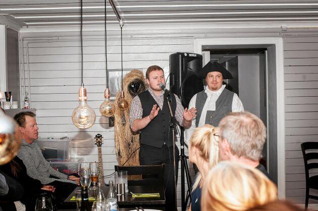 Viktor och Robert på en av sina historiekvällar med hälsingsländska teman, här i Järvsö.