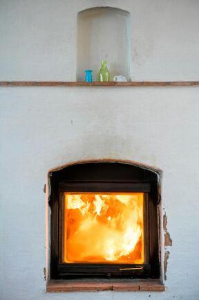 En av de två massugnarna som värmer kalla dagar under vinterhalvåret. Husets energikostnader är häften av en genomsnittsvillas.