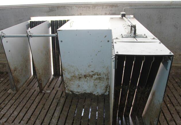 Slussarna in och ut ur stallet är enkelriktade. Slussarna skulle kunna störa ventilationen i stallet men gör inte det tack vare upplägget med takventiler och aktivt utsug genom spaltgolvet.