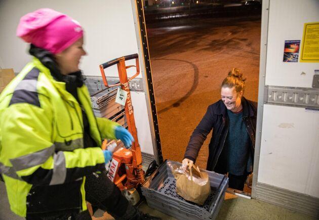 Coronasäkring. Med pandemiutbrottet har också rutinerna ändrats vid utlämningen. Ida Baaring löser det genom att ställa varorna i en plastback som hon skjuter fram till dörren.