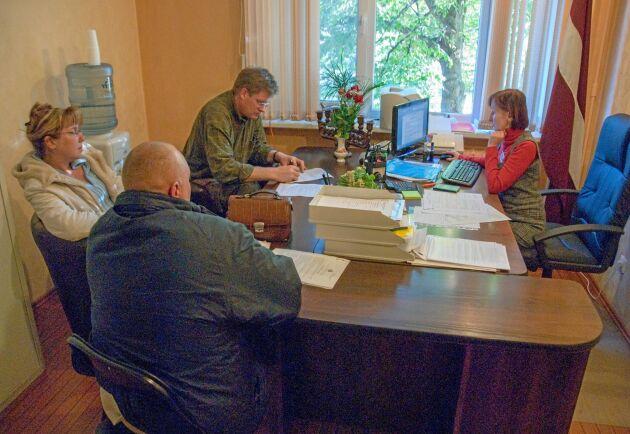 Inne hos Notarius publicus slutförs en skogsaffär. Bergvik Skog köper genom sin Lettlands-VD Lars-George Hedlund ännu en fastighet. 2010 köpte Bergvik totalt 19 000 hektar i Lettland.