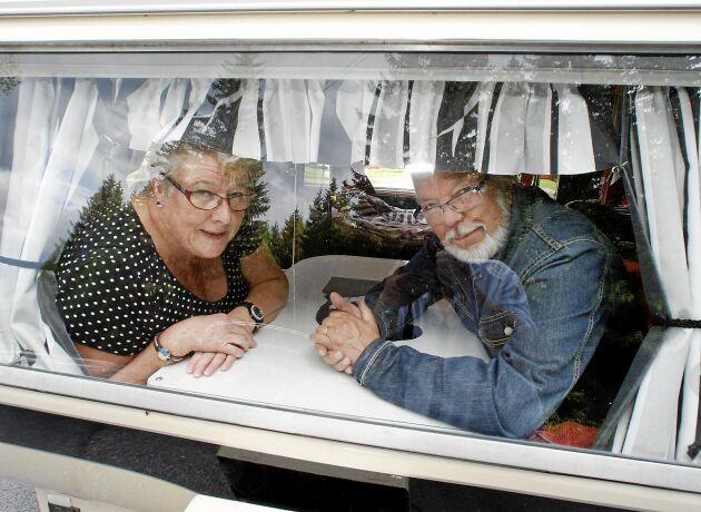 Siv och Leif njuter av att vara i sin husvagn och åker gärna med den till Orsa för att fira midsommar.