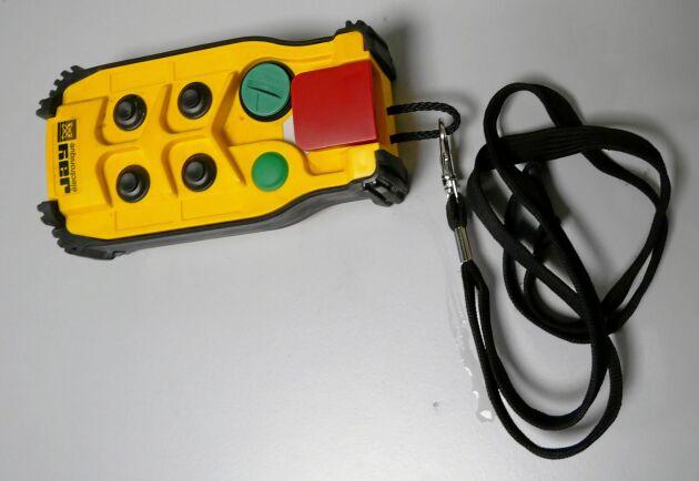 När maskinen är i drift övervakas den på plats med en person utrustad med en nödstopp.