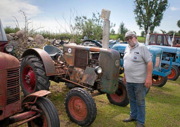 """Per-Ove Persson vid sin BM 10. """"Först hade vi ingen traktor hemma men när grannen startade sin Elementare klättrade jag upp på gärdsgården"""", säger Per-Over Persson."""