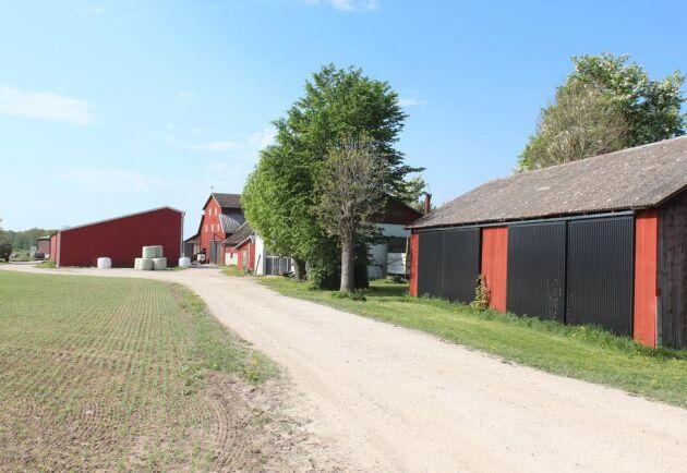 Det finns totalt 17 fastigheter på gården, bland annat maskinhall, snickarbod/garage, lada, verkstad och stolplada.