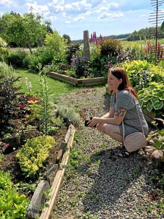 Mörkt bladverk med ljust. I Märta Eklunds trädgård i Nymyran utanför Burträsk hittade Maria Lindholm inspiration till sina egna planteringar hemma i Tuggensele.
