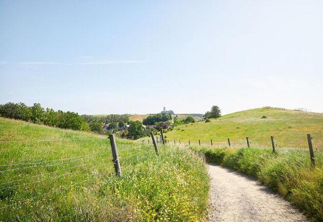 Jordbruksmarken i Skåne är viktig för hela landet, och all exploatering av den påverkar folkhushållningen konstaterar Länsstyrelsen när de avslår Simrishamns kommuns byggnadsnämndens positiva förhandsbesked till planerna på att bygga en ny liten by utanför Kivik.