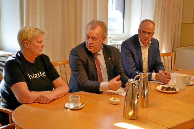 Catharina Rudolphsson, köttdjursuppfödare diskuterar hot och hat mot svenska bönder med landsbygdsminister Sven-Erik Bucht (S) och LRF:s förbundsordförande Palle Borgström.