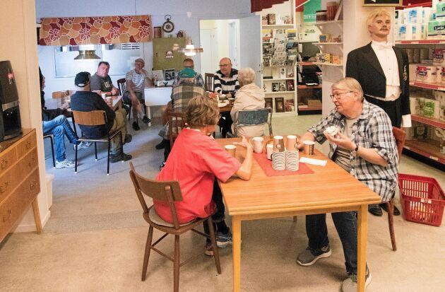 Det nya fiket i butiken har blivit en populär mötesplats för bygdens invånare.