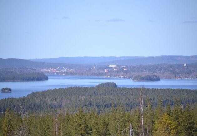 En del av de blånande höjderna runt Falun hör till Kopparfors innehav, och där ligger också ett av företagets lokalkontor.