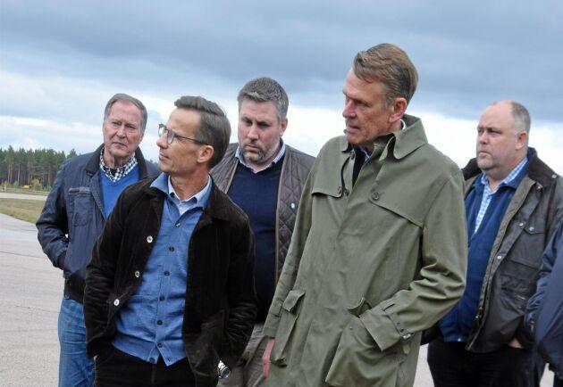 Ulf Kristersson, M, och Peter Nilsson, VD Bergs Timber, får berättar för sig hur värdet på virke angripet av granbarkborrar minskar.